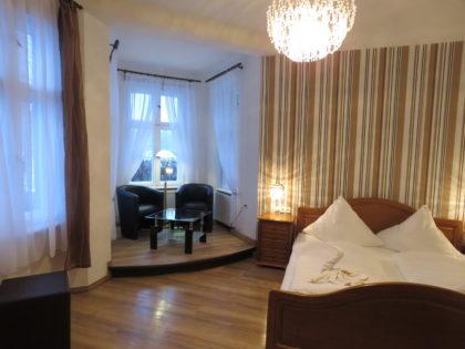 """Blick in das Zimmer 10 des Gasthauses """"Am Rheinsberger See"""" mit Erkerblick auf den See"""