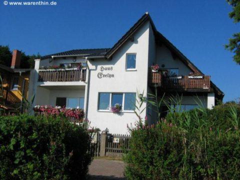 """Balkon des Apartment im """"Haus Evelyn"""" mit Blick auf den Rheinsberger See"""