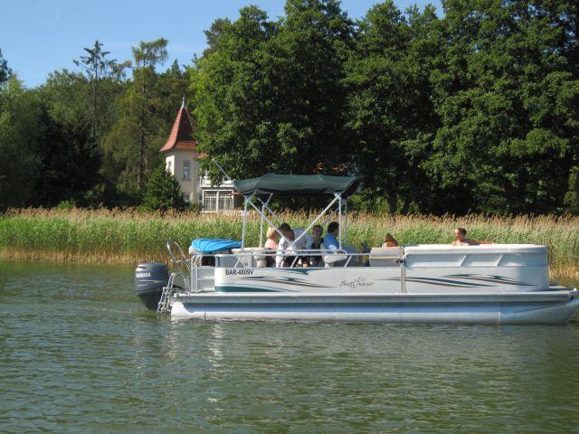Bild unseres Pontonbootes vor dem Gasthaus
