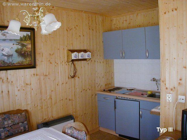 """Küchenbereich eines Bungalows vom Typ III der Bungalowvermietung """"Am Rheinsberger See"""""""