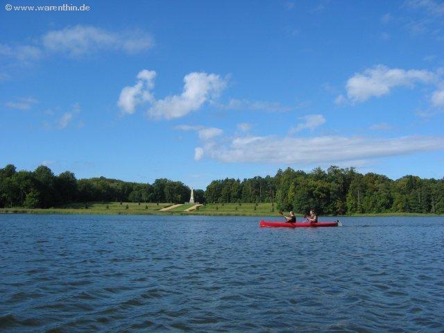 Wassersport direkt vor dem Schloss Rheinsberg.