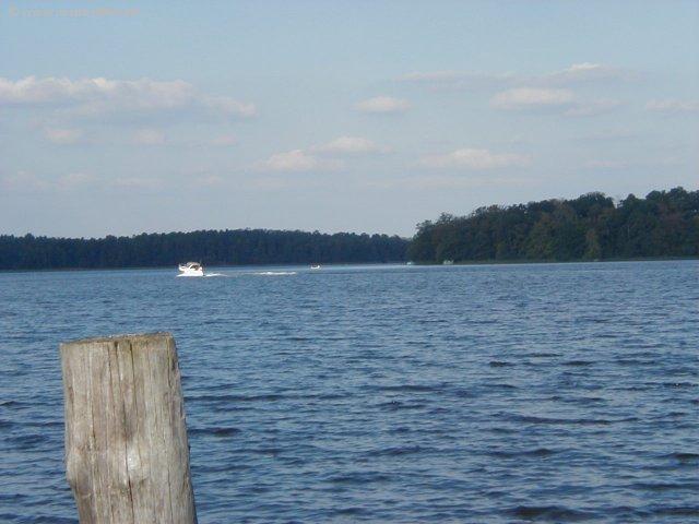 Der Rheinsberger See, ideal für Wassersport und Erholung.