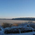 Blick auf den zugefrorenen Rheinsberger See