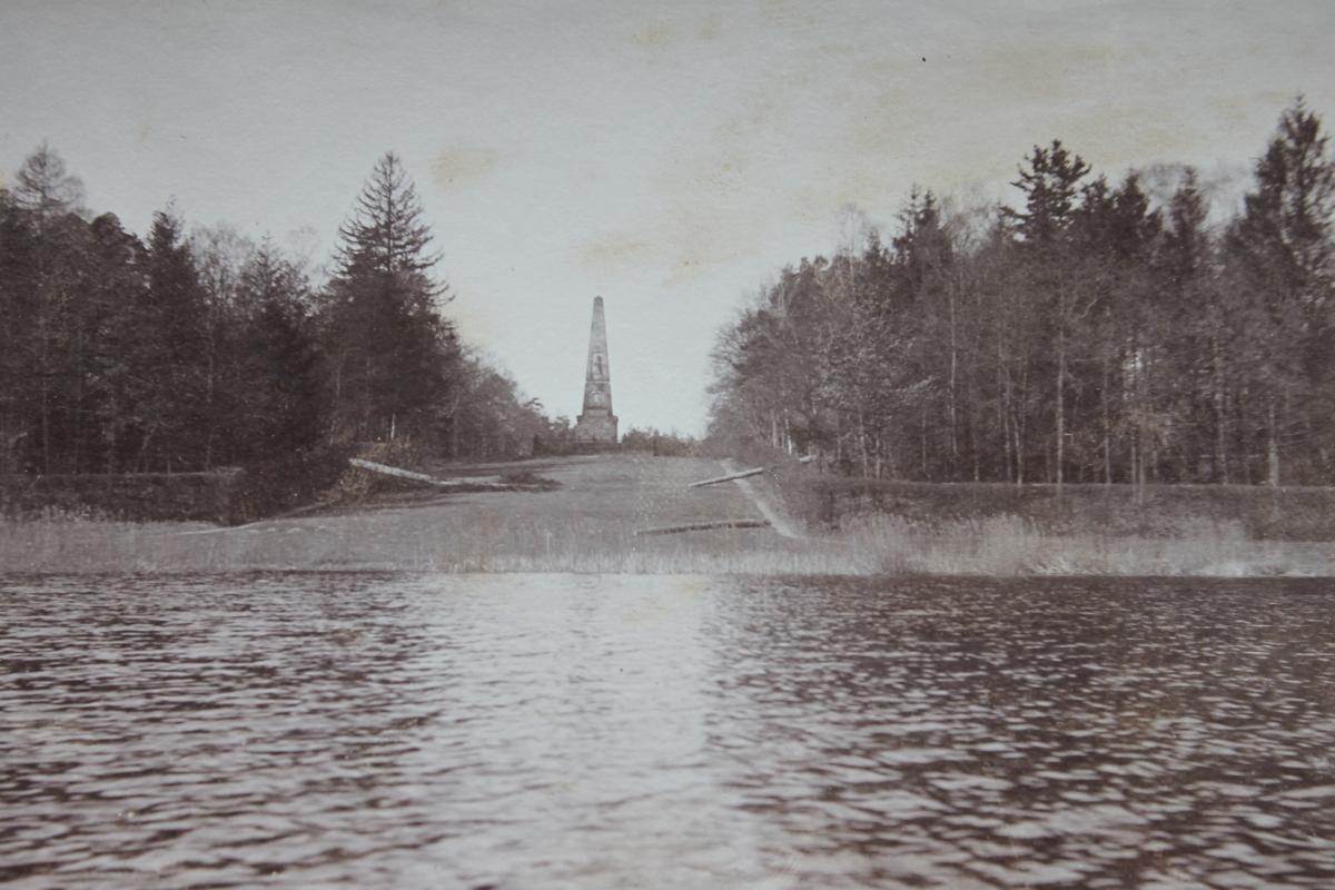 Blick auf den Obelisken im Rheinsberger Schlosspark um 1900.